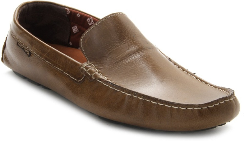 You need screw and something heavy, so it will not move when you will pull the shoe. I know many shoemakers with their own solutions and tools for this and